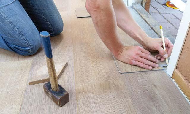 Nowoczesne wykończenie podłogi w salonie z ogrzewaniem podłogowym