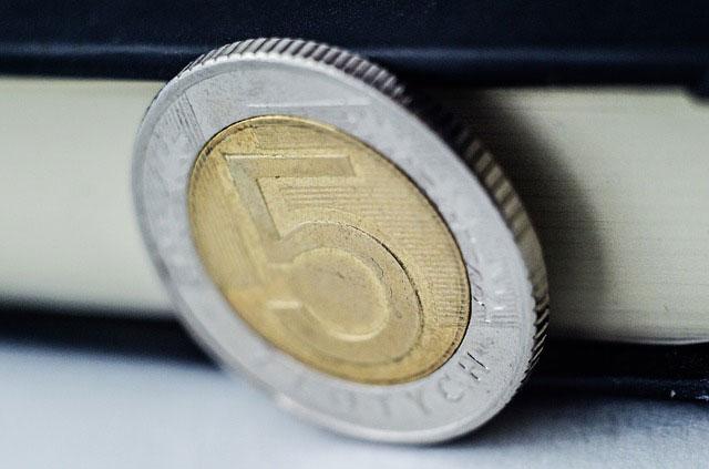 Zalety i wady pożyczek na dowód przez Internet