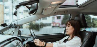 Kobieta w samochodzie w mieście